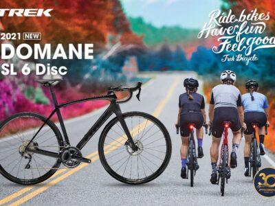 รายละเอียดสินค้า : จำนวนจำกัด มาโคตรน้อยยยยยย! All New Domane : TREK Domane SL6 Disc [2021] What's New? มีอะไรใหม่? -The smooth advantage : มี IsoSpeed จุดหน้าในตำแหน่งท่อคอ และจุดหลังในตำแหน่งท่อนั่ง,ท่อนอน ที่ช่วยให้ขี่สบาย ขี่ได้นานขึ้นโดยไม่ล้า -Massive tire clearance : สามารถใส่ยางได้กว้างสูงสุดถึงขนาด 38c ซึ่งตัวติดรถจะให้มาเป็น 32c ขี่สบายสุดๆ นุ่มและหนึบ เกาะถนนมากๆ (ลมยางที่แนะนำสำหรับยาง 32c คือ เติมลมแค่ 90-95 psi ความกระด้างน้อยกว่า 120 psi ของยาง 25c อยู่แล้ว) -Storage : สามารถเก็บของในเฟรมได้ (ท่อเอียง ที่มีคำว่า TREK) (เก็บได้เยอะมาก เปิด-ปิดสะดวก ไม่ต้องใช้อุปกรณ์ใดๆ) -Faster than ever : ดีไซน์ใหม่ท่อแบนแบบแอโร่มากขึ้น ทรงคล้าย Madone และยังออกแบบให้ซ่อนสายเบรคสายเกียร์หมดจด ช่วยให้เพิ่มความ aerodynamic เทียบๆเท่า Madone 9 เลย สเป็ค -Endurance Fit องศาท่านั่งที่ออกแบบมาให้นั่งสบาย ขี่ไม่ล้า ขี่ทางไกลได้ดี -เฟรม Carbon เกรด OCLV 500 -เกียร์ Shimano Ultegra R8025, 2x11 speed , จาน 50/34 , ตีนผีขายาวรองรับเฟืองขนาดสูงสุดถึง 11-34 พิเศษ! สำหรับไซส์ 52 หรือเล็กกว่าจะใช้แบบ short-reach lever, จับชิพเตอร์ได้ง่ายขึ้น -แฮนด์ Bontrager Elite IsoZone นุ่มกันกระเทือน -น้ำหนักทั้งคันประมาณ 8.9 kg (รองรับน้ำหนักสูงสุด 125 kg) --------------------------------------------------------------- ขี่นุ่ม หนึบ สบายก้นอย่างที่สุด จะขี่รูดหลุม ขี่ผ่านพื้นถนนที่ไม่เรียบก็ไม่มีอาการสะท้าน แอ็ดมินก็ใช้ตัวนี้ ออกทริป century ride มาแล้วขี่แล้วชอบมาก ด้วยยางที่มีขนาด 700*32 เติมลมยางประมาณ 90 ขี่หนึบสบายแบบชิวๆมาก เรื่องอัตราเร่ง (แรงต้น เวลากระชาก) อาจจะไม่ดีเท่า Emonda(สายเบา) หรือ Madone(สายแอโร) แต่เมื่อเร่งถึงจุดหนึ่งรถจะไหลดีมาก ไม่ต้องเติมเยอะ ไหลๆไม่แพ้ Madone เลย (และฟันธงว่า Domane ไหลกว่า Emonda) --------------------------------------------------------------------------